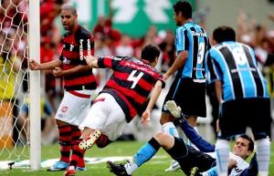 Gol de Ronaldo Angelim na decisão do Brasileirão contra o Grêmio, em 2009.