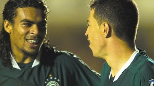 Araújo e Dimba na arrancada do Goiás em 2003