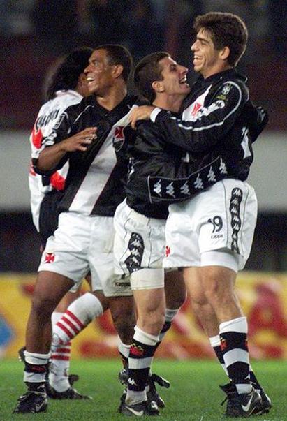 20130722-0128-1-donizete-pedrinho-e-juninho-comemoram-gol-de-empate-contra-o-river-em-1998