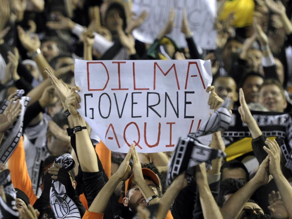 03jun2013--torcedor-do-atletico-mg-leva-cartaz-de-protesto-contra-a-presidente-dilma-rousseff-1372898322385_1024x768