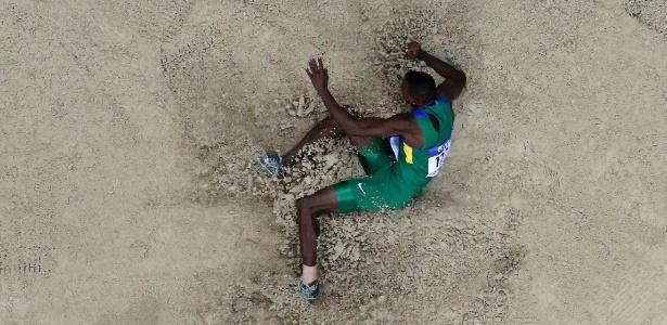 070314---brasileiro-mauro-vinicius-da-silva-o-duda-aterrissa-na-caixa-de-areia-durante-prova-do-salto-em-distancia-do-mundial-indoor-de-atletismo-1394228808321_615x300