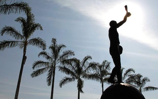 20130602-1151-1-estatua-do-bellini-voltara-a-ser-o-ponto-de-encontro-dos-torcedores