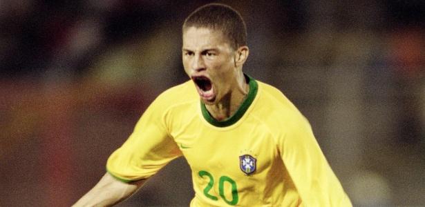 alex-comemora-gol-contra-o-paraguai-na-copa-america-de-2001-18072001-1351615278459_615x300