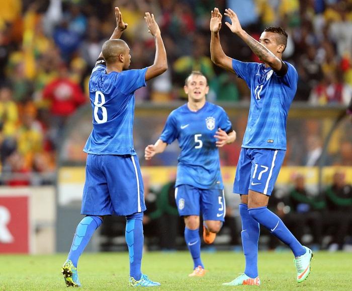 Fernandinho (e) celebra seu gol com Luiz Gustavo // Crédito: Jefferson Bernardes/VipComm