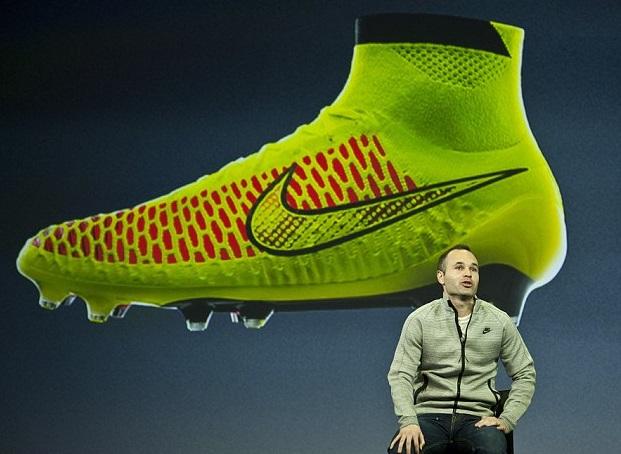 Meia do Barça, Iniesta apresenta nova chuteira da Nike para a Copa no Brasil