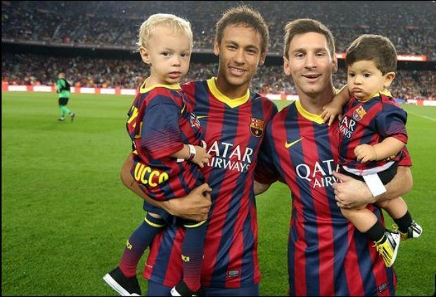 t_96857_neymar-e-messi-levaram-seus-filhos-davi-lucca-e-thiago-respectivamente-para-campo-antes-da-partida