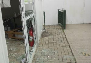 torcedores-invadem-e-depredam-sede-de-socio-torcedor-do-palmeiras-vandalos-quebraram-vidros-mesas-e-cadeiras-1395334379154_300x210