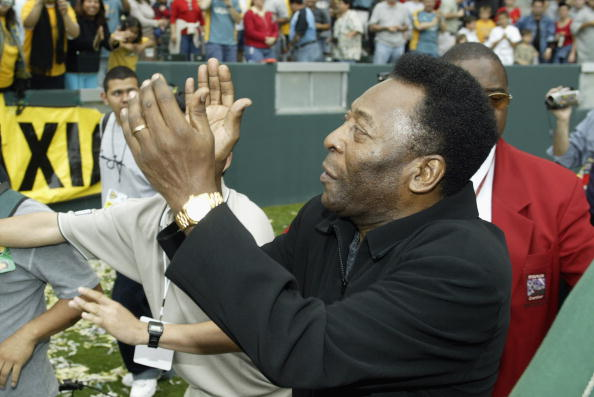 Pele waves to the crowd