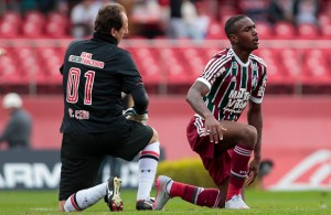 SAO PAULO, BRAZIL - JULY 05: Goalkeeper Rogerio Ceni (L) of Sao Paulo and Gerson of Fluminense, reacts during a match between Sao Paulo v Fluminense of Brasileirao Series A 2015 at Morumbi Stadium on July 05, 2015 in Sao Paulo, Brazil. (Photo by Miguel Schincariol/Getty Images)