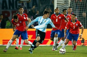 Messi é seguro pela camisa durante final da Copa América 2015. Foto: Getty Images