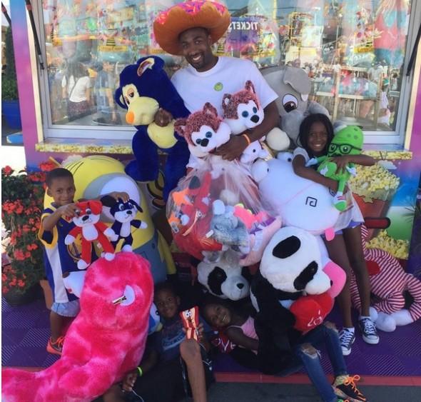 """O ex-NBA tirou uma foto com seus quatro filhos e os vários prêmios, em sua conta em uma rede social: """"Nós apenas fomos banidos de todas as tabelas de basquete na #orangecountyfair... #ArenasFamily"""", escreveu Arenas abaixo da foto publicada - Foto: Divulgação Instagram"""