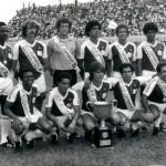 Equipe com a faixa de campeão em 1980