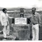 Dirigentes do Lemense posam para foto ao lado do troféu