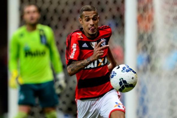 Paulinho esteve em campo pelo Flamengo diante do Goiás em 2014