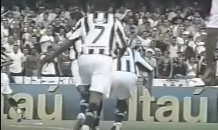 Veja que quando Diego cai é Robinho que passa a dominar a imagem: prenúncio?