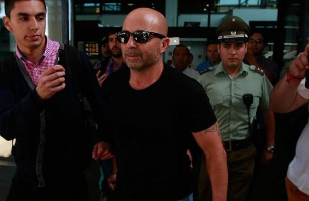 Jorge Sampaoli é alvo de ofensas e cusparadas em retorno ao Chile