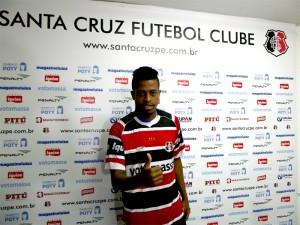 Atacante Keno, na sua primeira passagem pelo tricolor do Arruda. Foto: Site Oficial do Santa Cruz/ Reprodução
