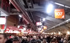 Vídeo: Torcida do Liverpool faz protesto e abandona estádio antes…