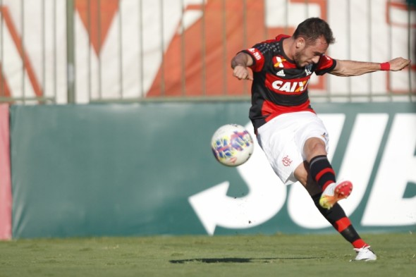 Mancuello bate a falta que originou seu gol contra o Boavista - Gilvan de Souza/Flamengo