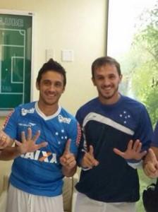 Lucas e Robinho chegam ao Cruzeiro e provocam rival