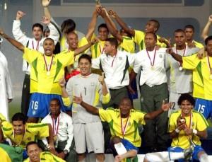 Andrezinho no centro carequinha vestindo a camisa da seleção brasileira