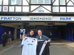 Troca de camisas na entrada histórica do Fratton Park - arquivo pessoal