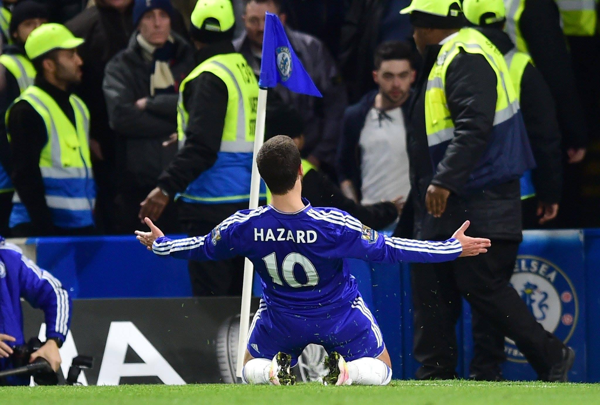 Hazard fez o gol do título do Chelsea e do Leicester