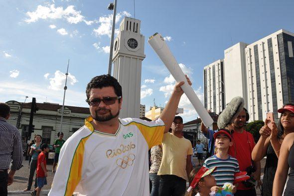 Jornalista e escritor André Farinha conduziu a Tocha Olímpica no centro de Campo Grande