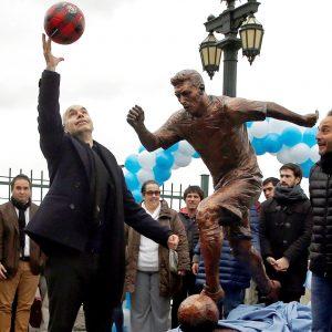 Prefeito de Buenos Aires brinca com as crianças, durante inauguração da estátua de Messi - Reprodução/ Twitter