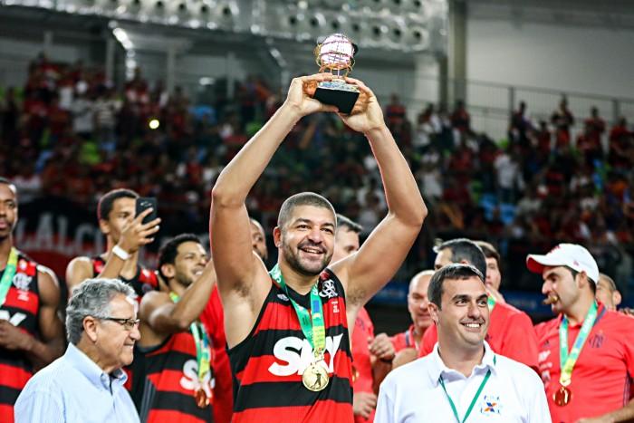 """BLOG: Olivinha assina por mais um ano e reforça o desejo de encerrar a carreira no Flamengo: """"Clube que eu amo"""""""