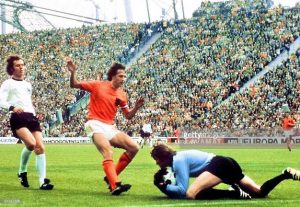 Cruyff atuando pela Holanda em 1974 - Reprodução/ Twitter