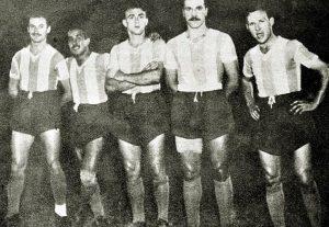 Di Stéfano no meio da foto com o uniforme da Argentina - Reprodução/ Twitter