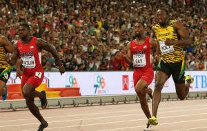Bolt (dir.) venceu Gatlin (esq.) por um milésimo de segundo em 2015 (Foto: Getty Images/Andy Lyons)