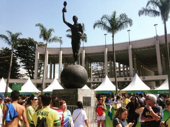 Bellini ergueu a taça que exorcizou 1950. A redenção virá para o futebol feminino (Frank Toogood/ Torcedores.com