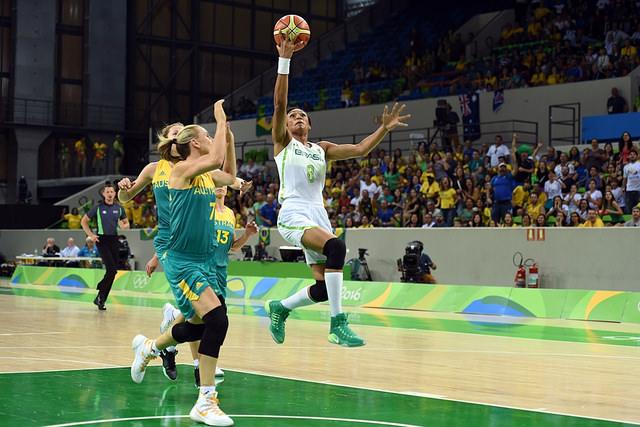 Brasil desperdiça vantagem e perde para Austrália na estreia do basquete feminino