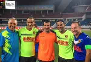 Stoichkov, Rivaldo, Figo, Ronaldinho Gaúcho e Papin posaram para foto na China (Foto: Reprodução / Twitter)