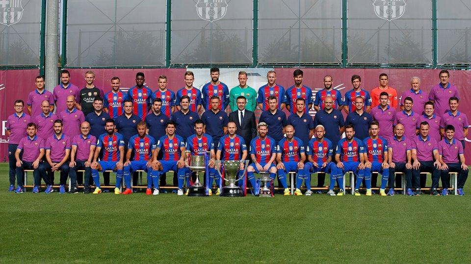 """Neymar faz gesto """"diferente"""" em foto oficial do elenco do Barcelona"""