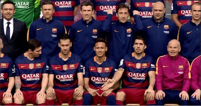 Neymar imita Ronaldinho em gesto durante foto oficial do elenco do Barcelona