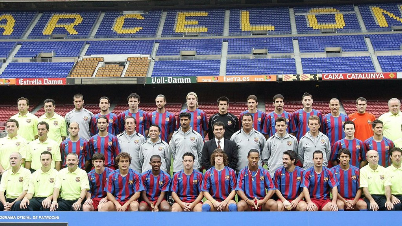 Gesto de Ronaldinho Gaúcho na foto oficial do elenco do Barcelona