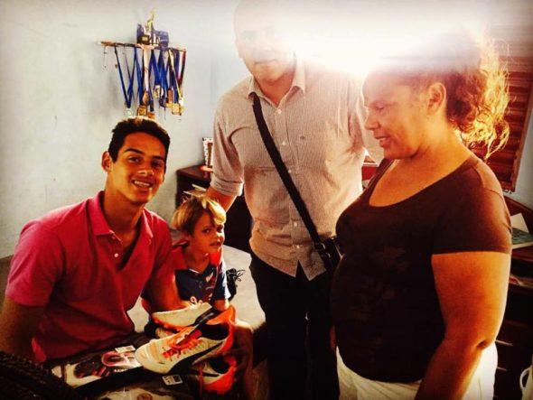 Wesley ao lado da mãe e de Kadu após receber um presente de Aranha