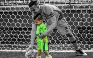 Danilo interage com seu filho debaixo do gol, onde operava milagres. Divulgação/Facebook