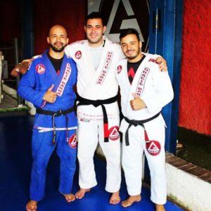 À esquerda o Professor Agnaldo Santos, no centro o aluno Adriano Sousa e, á direita o Professor Rafael (GB Alphaville)