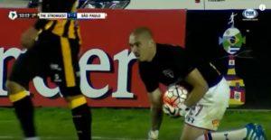 Maicon realiza defesa nos minutos finais da partida