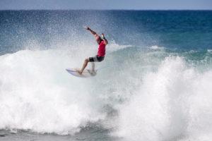 Kelly despenca depois de seu floater. Crédito da foto: WSL / Tony Heff.
