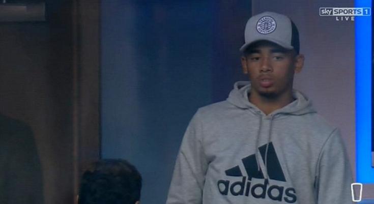 Jogadores do City entram em campo com camisa em homenagem à Chape