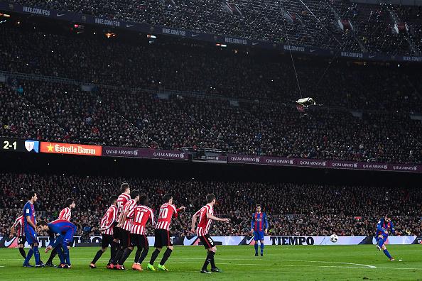 Messi cobra falta perfeita contra o Bilbao pela Copa do Rei (Foto: David Ramos/Getty Images)