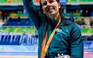 Susana acena para a torcida no estádio Aquático após conquistar a medalha de prata