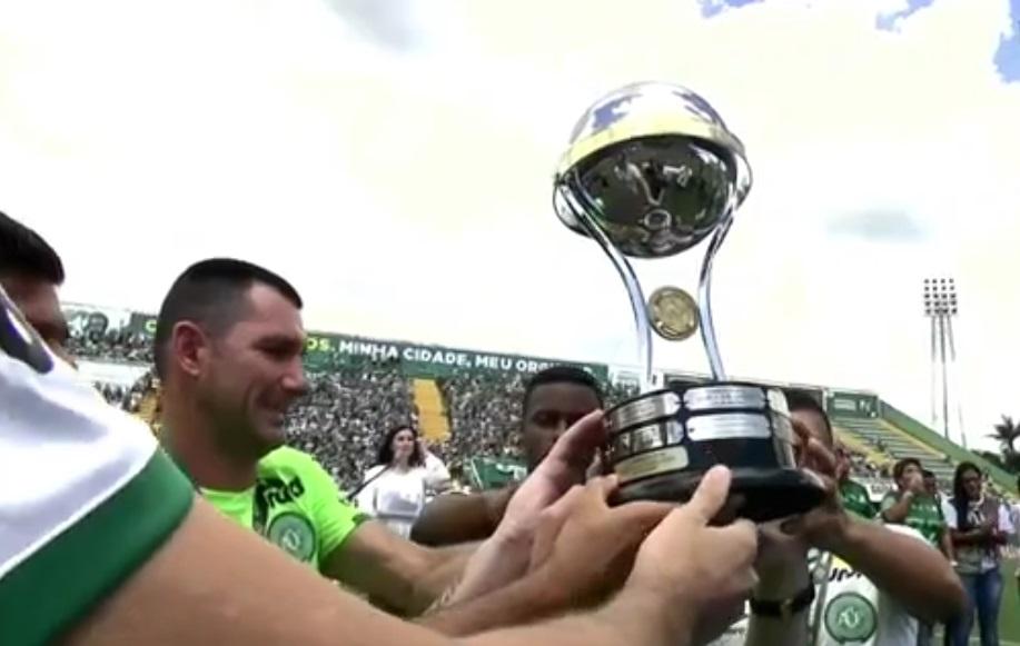 Jogadores levantam a taça de campeã da Copa Sul-Americana - Crédito da foto: Reprodução