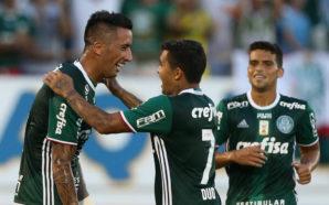 O jogador Lucas Barrios, da SE Palmeiras, comemora seu gol contra a equipe do CA Linense, durante partida válida pela quarta rodada, do Campeonato Paulista, Série A1, na Arena da Fonte.