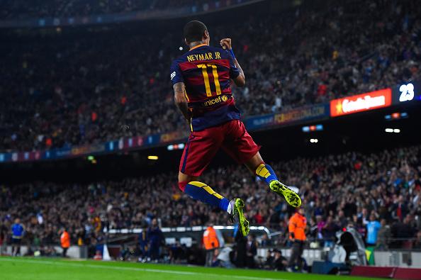 Ibrahimovic dá a Taça da Liga a José Mourinho
